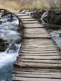 Drewniany most nad rzeką - 6425424