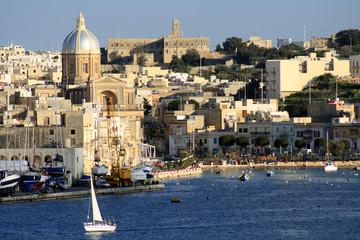 vista della costa maltese con barca a vela bianca 2