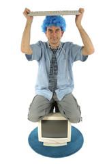 Homme avec ordniateur et clavier