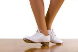 Tap-Top/Clog tánc elülső és oldalsó lépéseket, közelről, fehér.