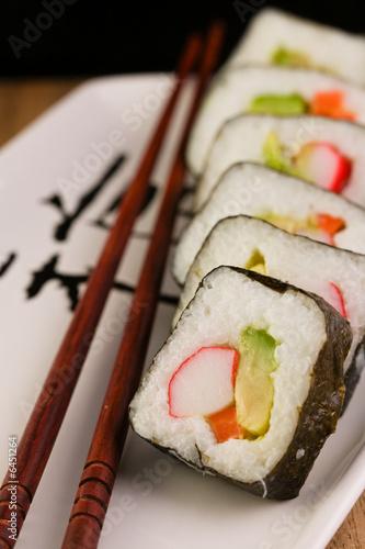 california-spring-rolls-na-plytce-japonski-z-paleczki