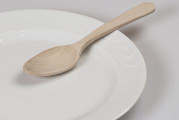 cucchiaio legno su piatto