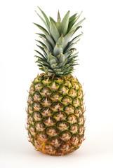 Frische Ananas vor weißem Hintergrund