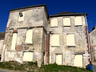 Maisons murées, ciel bleu. France.
