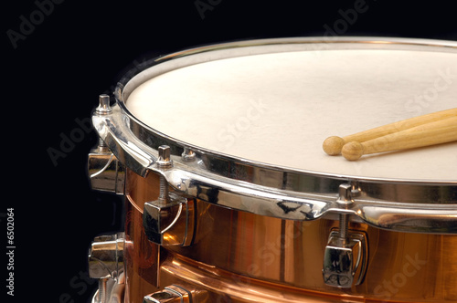 copper snare drum and sticks on black - 6502064