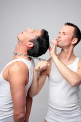 männer gefesselt bei haarpflege