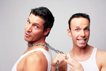 männer gefesselt an einer stahlkette