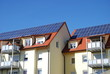 Leinwanddruck Bild - Solaranlage auf Mehrfamilienhaus