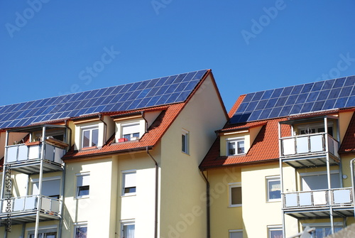 Leinwanddruck Bild Solaranlage auf Mehrfamilienhaus