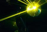 boule a facettes avec rayons laser jaune soirée en discothèque poster