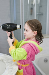 bambina che si asciuga i capelli