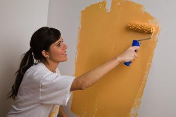 Junge Frau (Astrid, 23 Jahre) malt ihre erste Wohnung aus