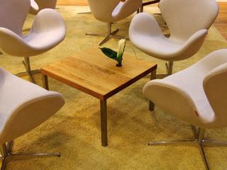 Sitzecke Sessel besch gelber Teppich detail