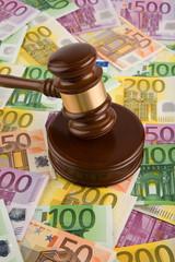 Eurogeld und Richterhammer