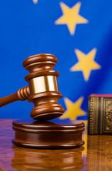 Richterhammer und Fahne der Europäischen Union