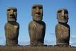 Rangée de statues de l'ile de paques