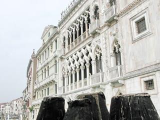 Palais vénitien et pilotis de bois, Italie