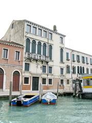 Maisons et bateaux au bord du canal, Venise, Italie