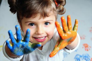 dziewczynka bawi się z kolorami