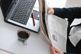 femme lisant un journal au bureau poster