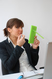 femme se maquillant au bureau poster