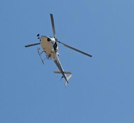 elicottero in volo con operatore