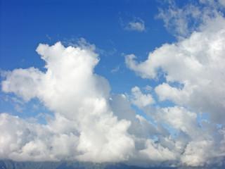 nuages au dessus des montagnes
