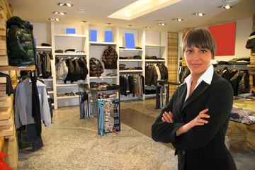 negozio di abbigliamento con commessa