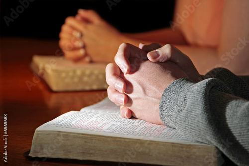 Leinwanddruck Bild Praying Hands Bibles Couple