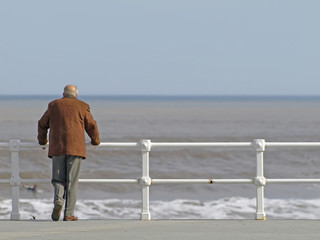 Anciano mirando al mar