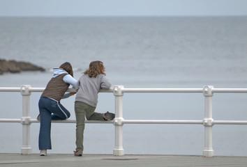 Niñas mirando al mar