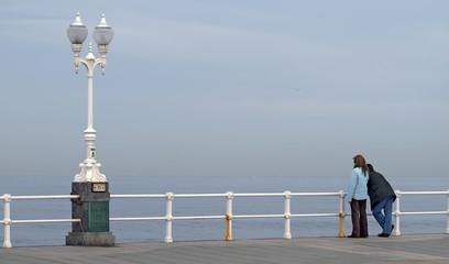 Pareja mirando al mar