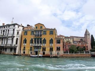 Palais jaune au bord du Canal, Venise, Italie