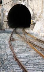 Tunel y vias del tren
