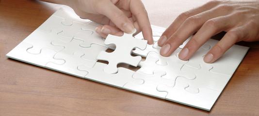 mani con puzzle