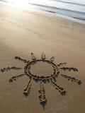 Sole disegnato sulla sabbia poster