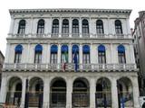Palais blanc avec arcades, Venise, Italie. poster