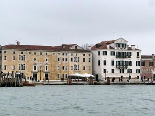 Maisons blanches et ocres, Venise, Italie.