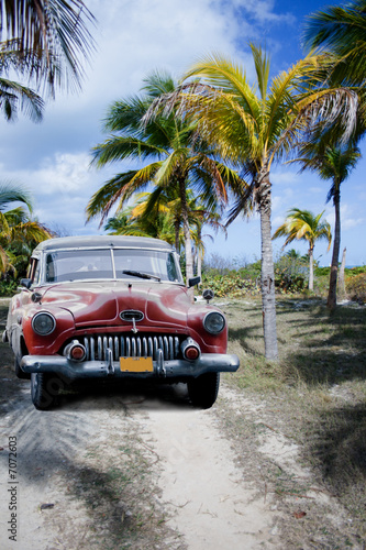 Plexiglas Cubaanse oldtimers Old car on a tropical beach