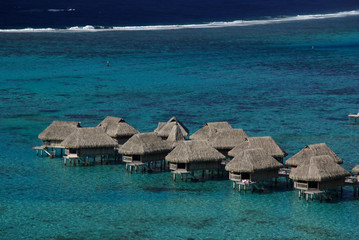 Hotel sur piloti dans un lagon en polynesie