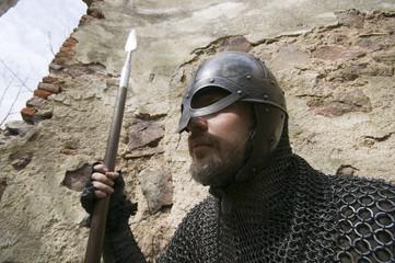 Ritter mit Speer und Helm bewacht eine Alte Burg