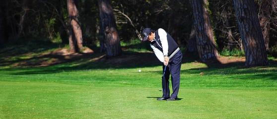 Golfeur au départ de sa balle