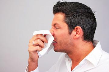 Mann Schnupfen Taschentuch Kleenex Erkältung Grippe
