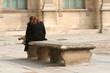Jeune femme assise sur un vieux banc en pierre