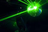 boule a facettes avec rayons laser vert soirée en discothèque poster