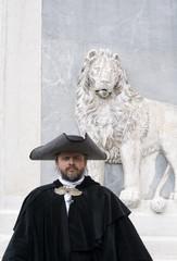 Venezianischer Edelmann vor Markuslöwe