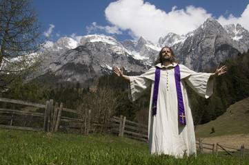 Priester gibt auf einer Alm den Segen vor Salzburger Tennengebir