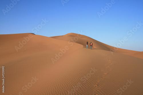 Tuinposter Algerije Randonneurs dans les dunes du Sahara