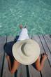 Mujer en un Muelle Tropical