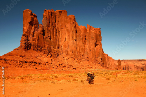 In de dag Oranje eclat Riding Horses as Recreation in Monument Valley Arizona